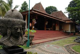 http://www.teluklove.com/2017/05/destinasti-objek-wisata-museum-layang.html