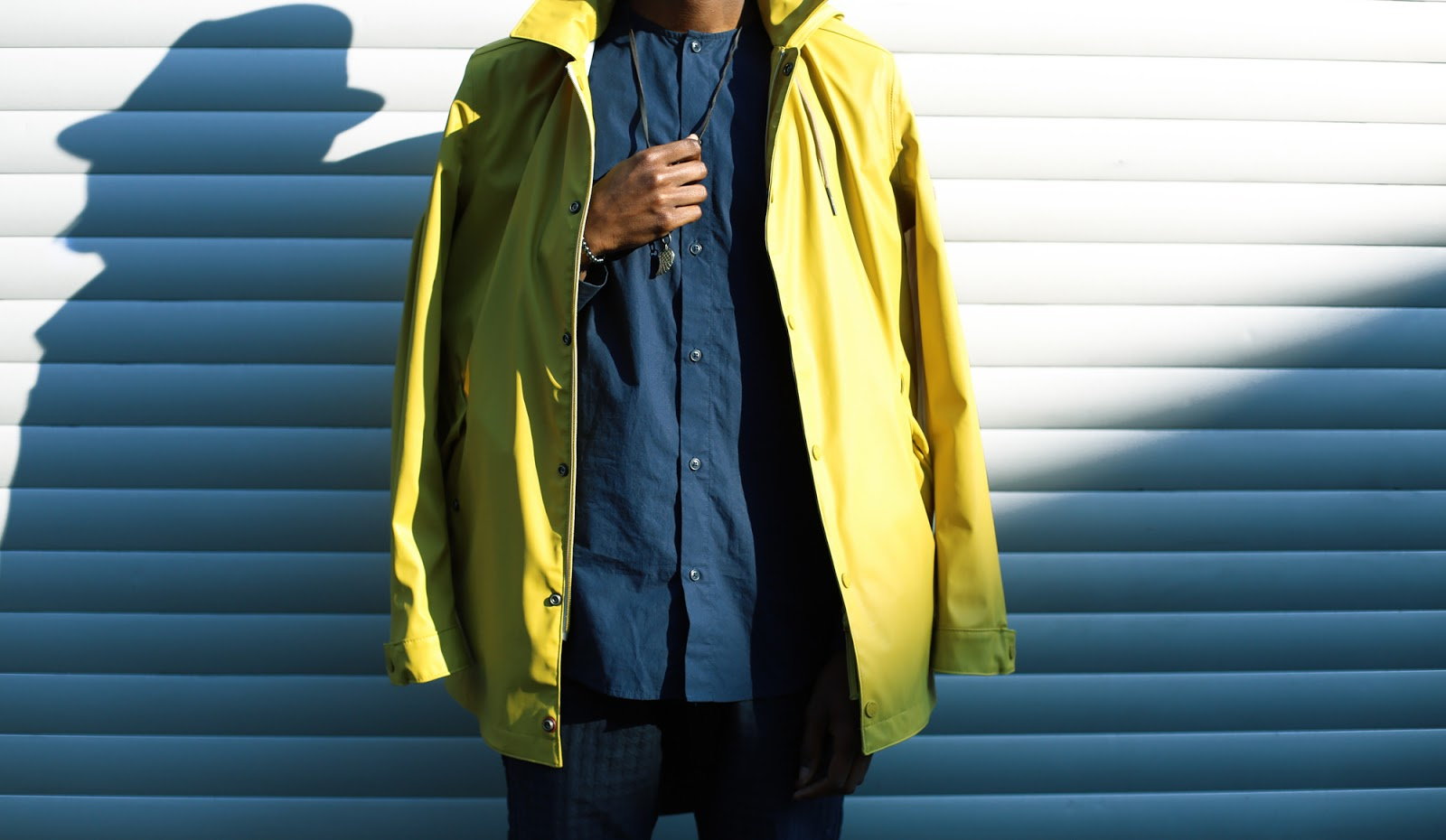 All Blue Casual Urban Look with a lemon Strellson raincoat - Photography by Sofia Dossantos  in Antwerp