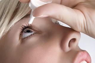 Riesgos de usar gotas oculares vencidas