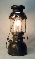 Gaz yağı ile yanan eski bir lüks lambası