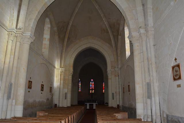 La collégiale est destinée au collège de chanoines. A l'intérieur, la nef à deux travées repose sur des arcs d'ogives.
