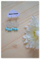 boucles d'oreilles estampes argentées et perles bleues à facettes