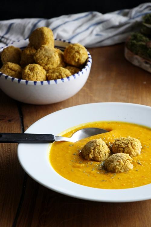Linsen - Hirse - Bällchen mit afrikanisch inspirierter Kürbissuppe
