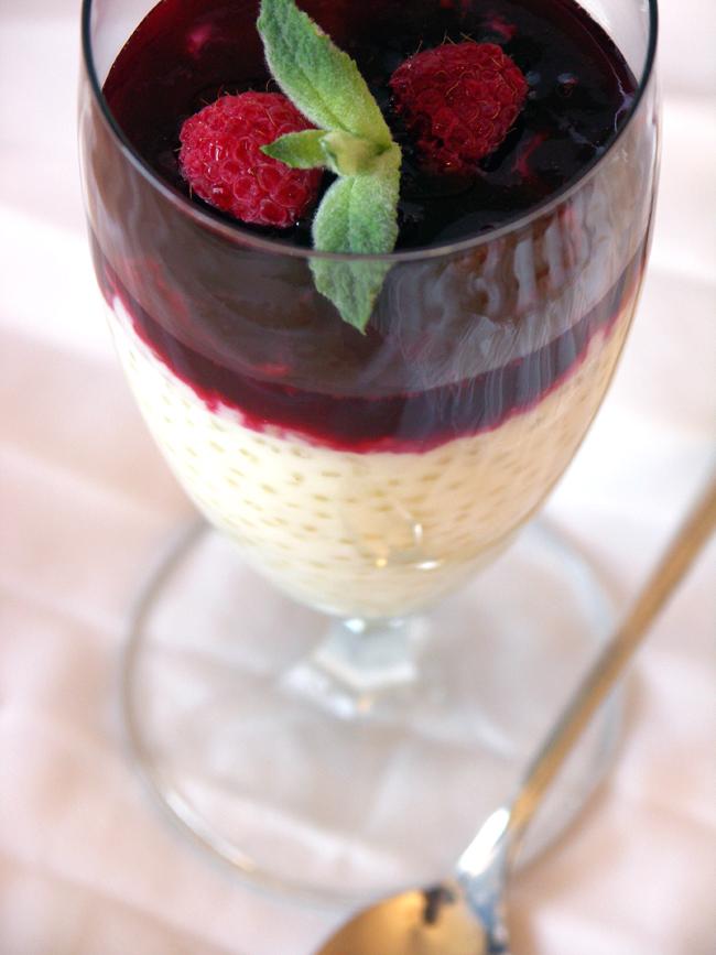 kardamonowy pudding z tapioki z sosem owocowym