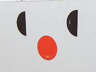 モニタースタンドに貼られた目鼻を表現するシール部分の写真
