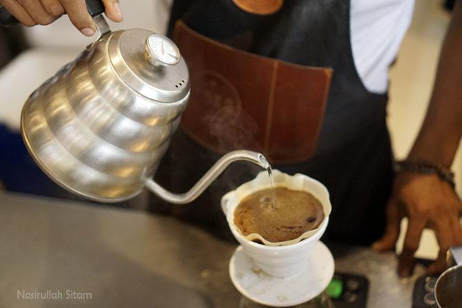 Melihat proses pembuatan kopi