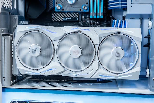 ROG Strix GeForce RTX 2080 Ti潮競白電競顯示卡採用消光設計的白色護蓋、風扇、框架與背板,並在護蓋和背板上也內建的Aura RGB燈光效果。