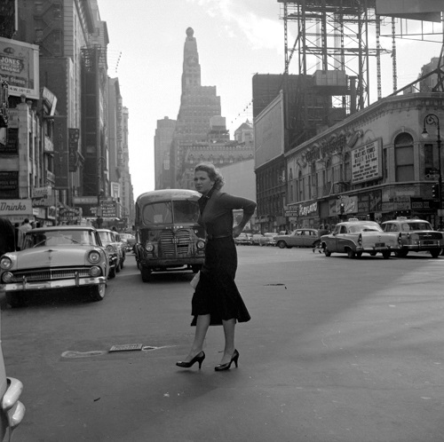 imagenes bellas en blanco y negro, fotos vintage, cool pictures -- fotografa Vivian Maier, New York, 1956, Woman in Street.