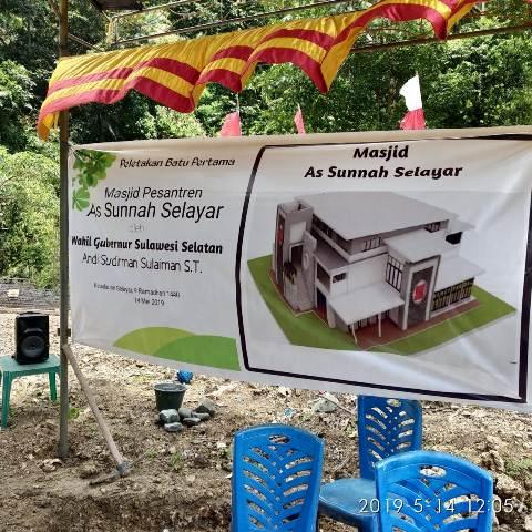 Wakil Gubernur Sulawesi Selatan Andi Sudirman Sulaiman, melakukan peletakan batu pertama pembangunan Mesjid Pesantren As Sunnah, Selasa (14/5/2019)