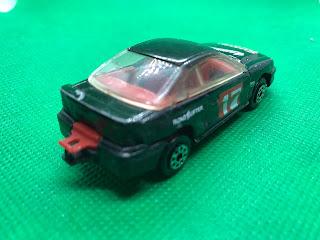 フォード マスタング GT のおんぼろミニカーを斜め後ろから撮影