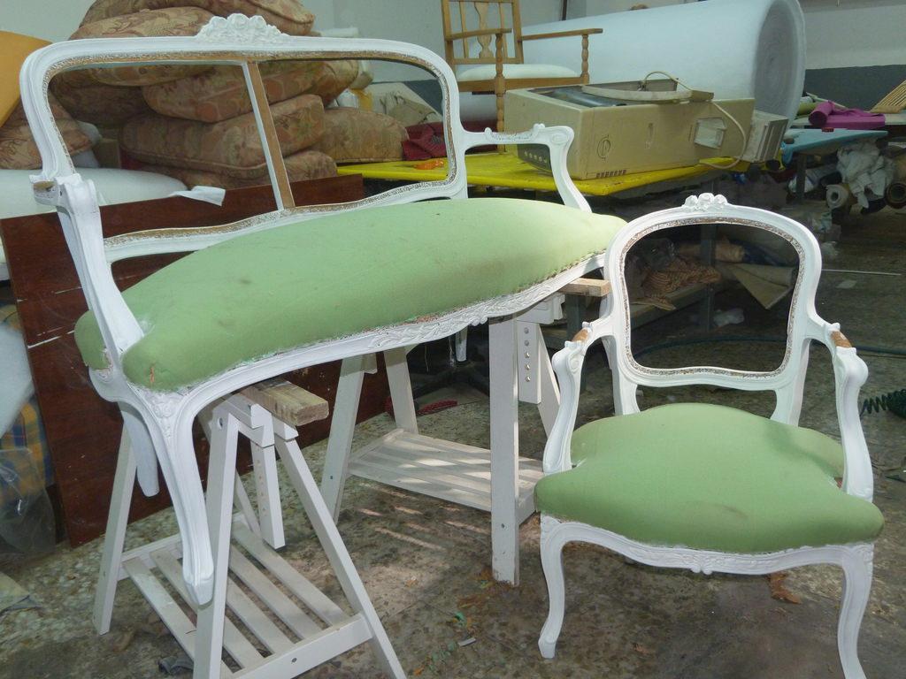 Sofa y butacas vintage pintados y retapizados isabel vintage - Renovar muebles antiguos ...
