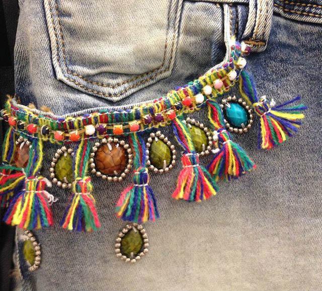 4 formas originales de reciclar collares rotos: adornos para ropa vaquera