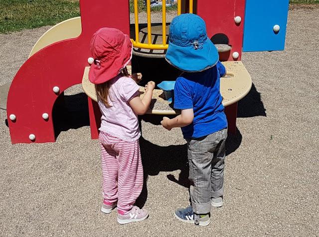 Vom Glück der Anreise nach Dänemark. Eine Rast auf dem Spielplatz bei Hylkedahl Ost macht die Anfahrt für die Kinder schöner.