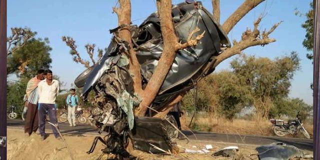 पेड़ पर ऐसे फंसी मिली कार, पढ़िए क्या हुआ था | NATIONAL NEWS