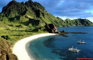 Panorama pantai yang eksotis di pantai senggigi lombok