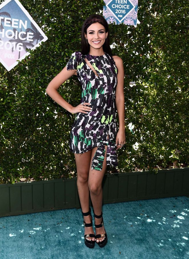 Victoria Justice wears Versace to the 2016 Teen Choice Awards‏