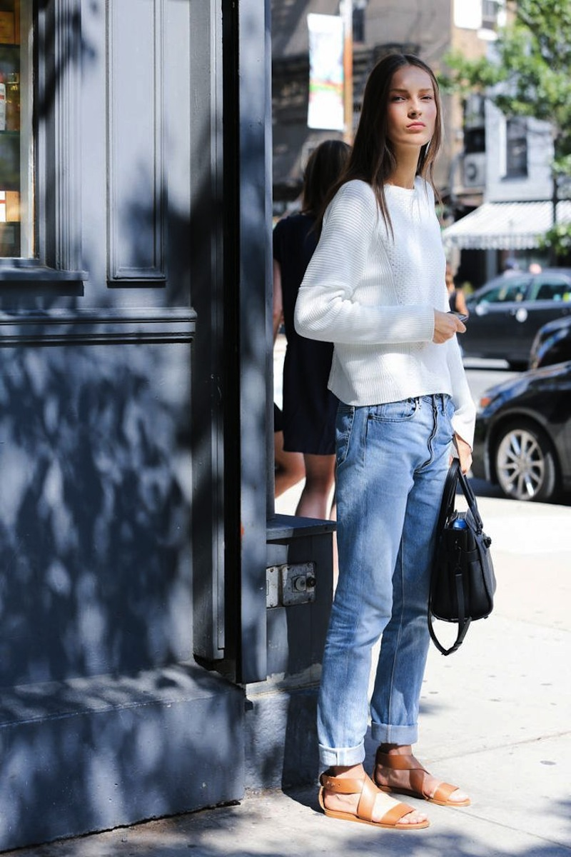 Model-Off-Duty Fall Outfit Inspiration – Julia Bergshoeff Boyfriend Jeans And Tan Sandals