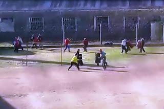 Un video revela la violencia carcelaria en toda su dimensión: diez reclusos de Sierra Chica pelearon a facazo en un patio interno del penal hasta que intervino, a los tiros, el SPB. Uno de ellos, David Monzón Almeida, fue asesinado en la reyerta.
