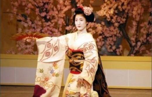 69fae246c O kimono tem sofrido várias mudanças ao longo dos séculos. No período Nara,  uma peça chamada kosode (mangas pequenas) foi usada, inicialmente, ...