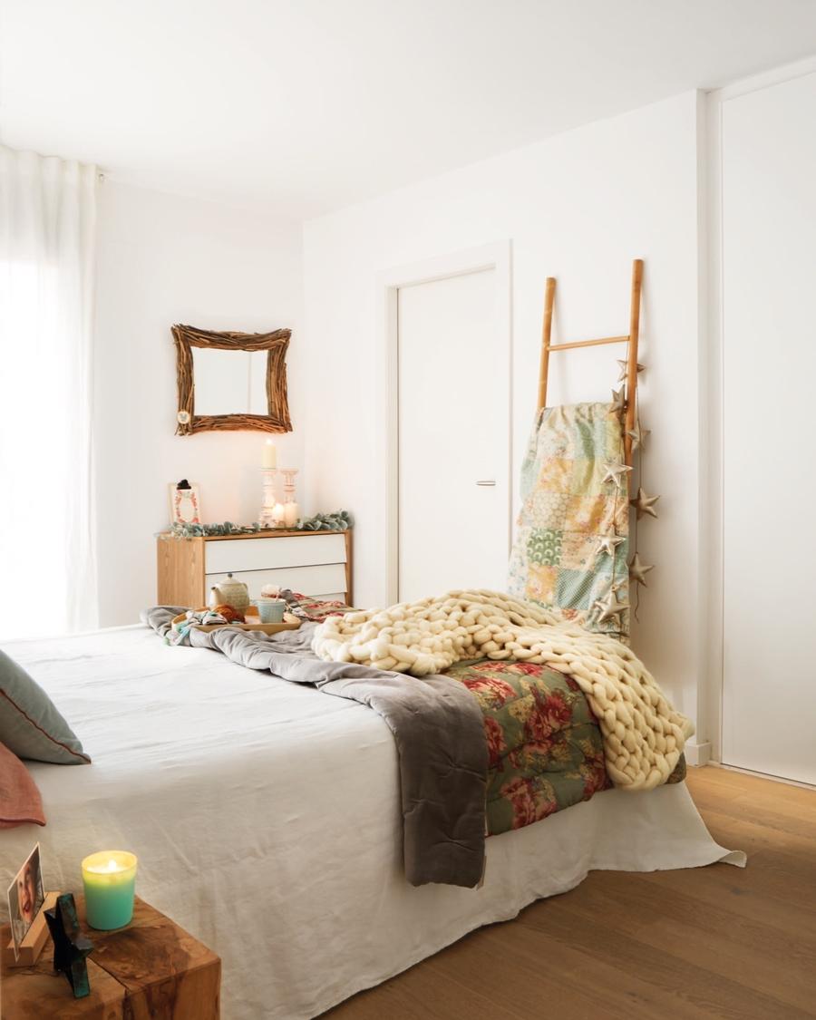 Święta po skandynawsku w pastelowych kolorach, wystrój wnętrz, wnętrza, urządzanie mieszkania, dom, home decor, dekoracje, aranżacje, styl skandynawski, pastele, scandinavian style, pastelowe dodatki. Boże Narodzenie, Christmas, Święta, choinka, sypialnia, bedroom