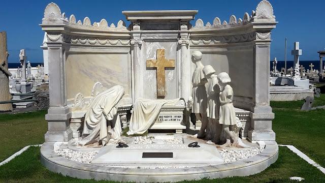 Elaborate tombstone - Santa María Magdalena de Pazzis Cemetery