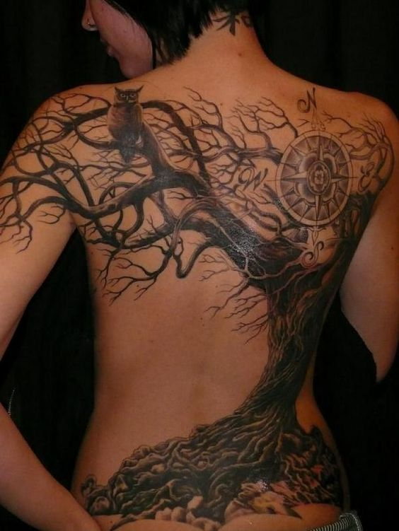 espectacular tatuaje en 3d, el tatuaje cubre la espada del modelo