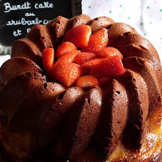 https://danslacuisinedhilary.blogspot.com/2016/04/bundt-cake-rhubarb-curd--fraise.html