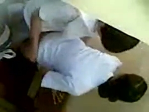 Aluna novinha de são paulo flagrada dando para o professor na sala de aula