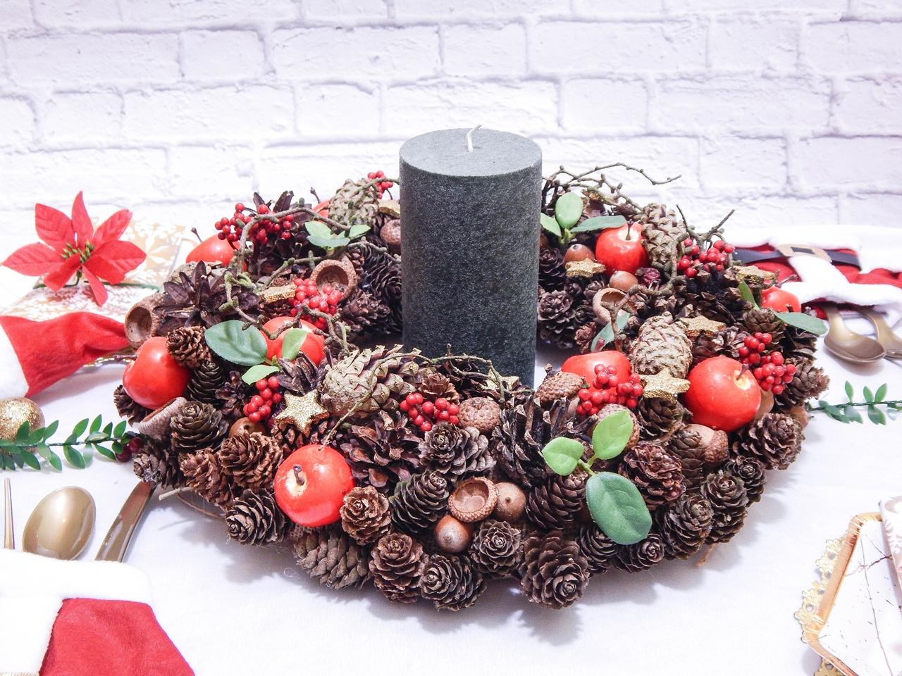 4 dekoracja świątecznego stołu jak udekorować stół na boże narodzenie dekoracja kolacja wigilijna dekoracja stroik na stół wigilijny wianek świeczka mikołajowe ubrania na butelki mikołaje na sztućce