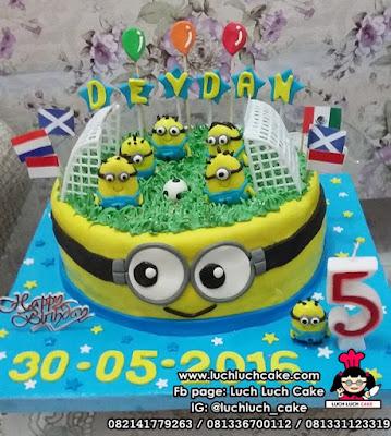 Kue Tart Minion Fondant Sepak Bola