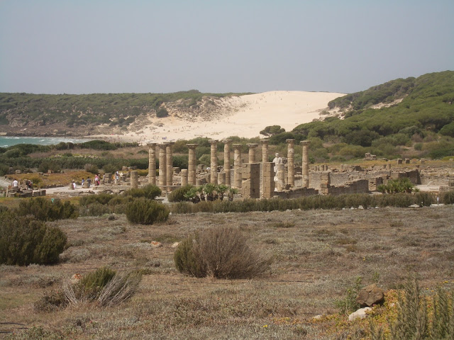 Paisaje de las ruinas de Baelo Claudia con la duna de la playa de Bolonia al fondo