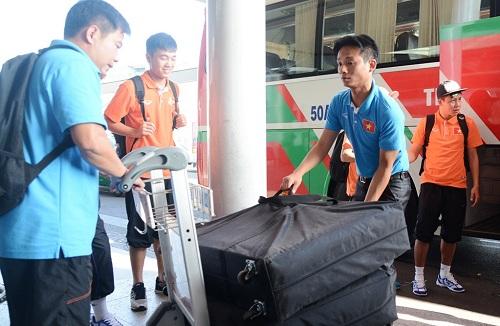 Các trợ lý của ông Miura đang khá vất vả trong khâu vận chuyển hành lý.