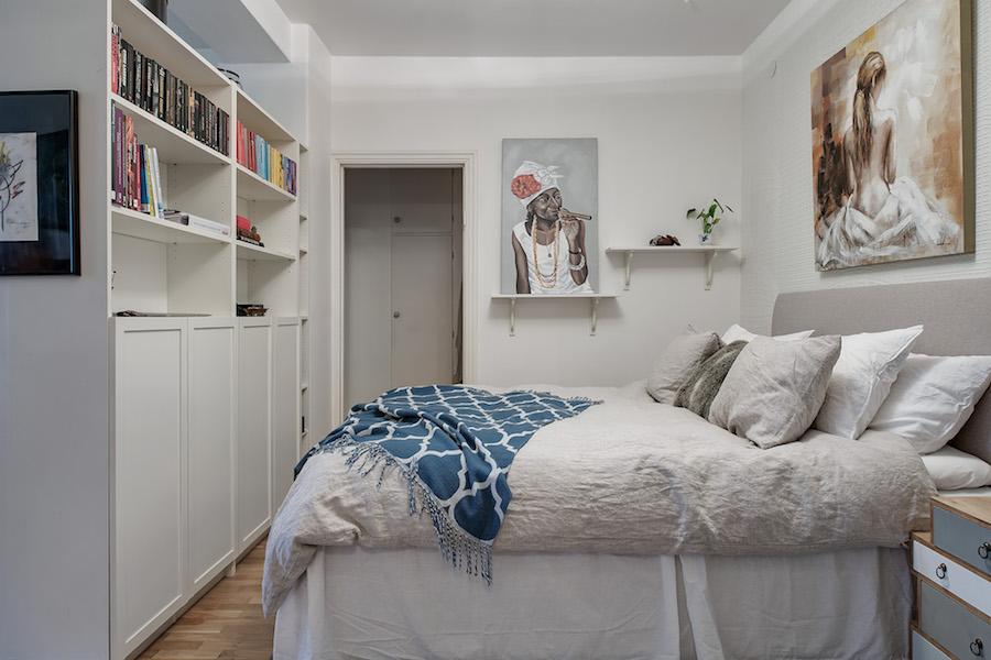 Salón y dormitorio separados por una librería