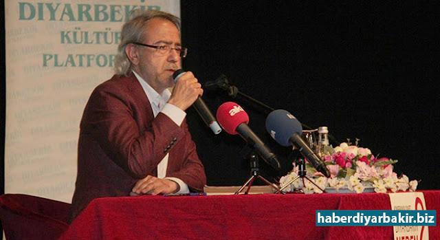 DIYARBEKIR-Nivîskar-Dîroknas Mustafa Armaganê ku di konferansa li Diyarbekirê hat lidarxistin de axivî diyar kir ku dê di referandûmê de 'erê' derkeve û bi qerarnameya ku ji teref Serokkomar Recep Tayyîp Erdogan ve wek qerarnameya 5189 hat betalkirin re dê Ayasofya ji bo îbadetê were vekirin.