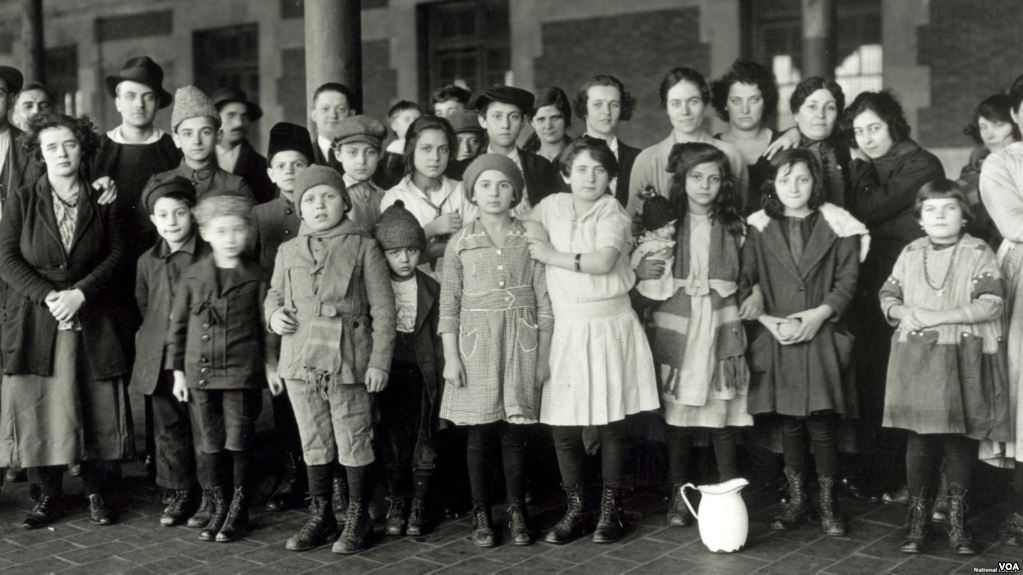 Muchos niños llegaron a América como polizones, como este grupo de menores en Isla Ellis, 1908 / VOA ARCHIVOS