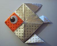Peces de origami realizados por niños para adornar el árbol de Navidad.