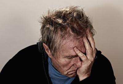 hombre con la mano en la cara y gesto de frustración y cansancio