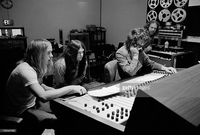 "Ronnie Van Zant, Gary Rossington e Allen Collins com Al Kooper na sala de controles do Studio One durante as gravações do álbum ""Pronounced 'lĕh-'nérd 'skin-'nérd""."
