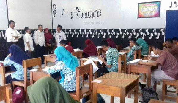 Plt Bupati dr. Buntaran melihat peseta OSN Lumajang