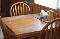 Tavolo e sedie in legno che sprigionano formaldeide