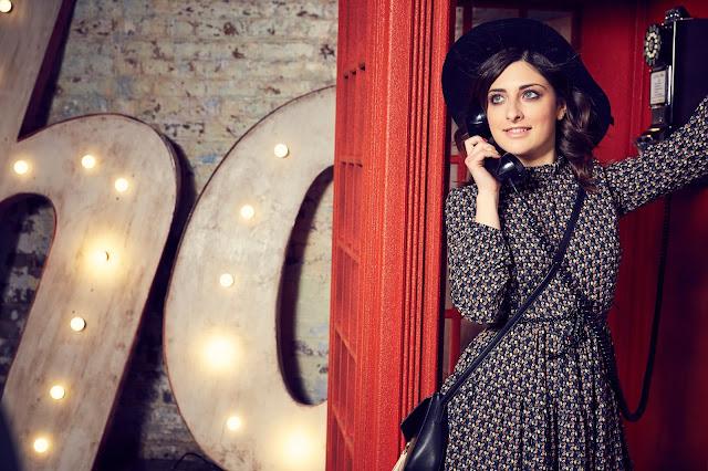 Cabina telefonica londinese con modella