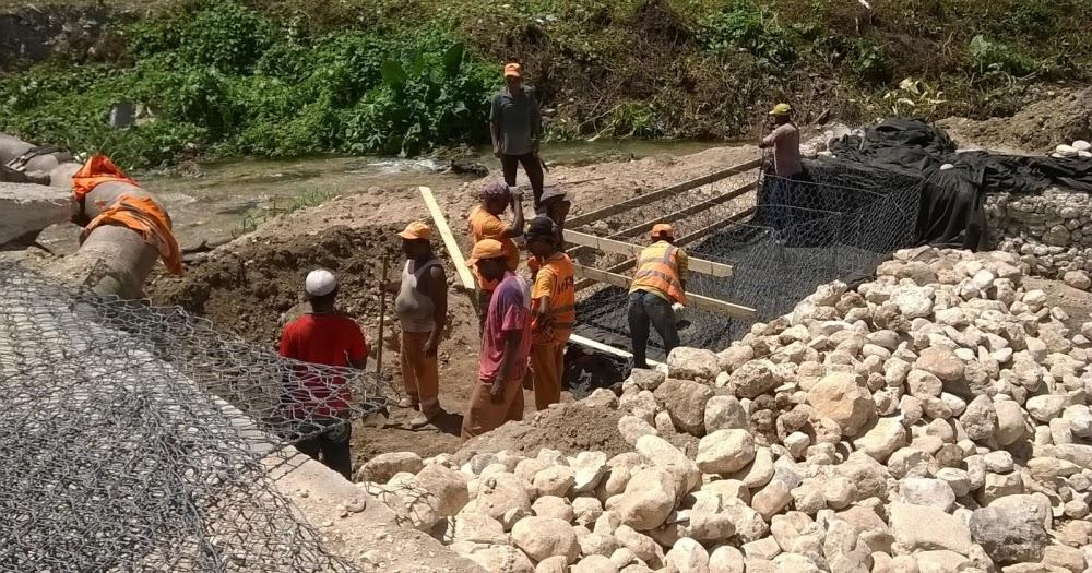 BARAHON: Pequeño Empresario Wasinguey Greibal Novas Duncan Acondiciona Cauce Del Río Birán - El Faro del Sur