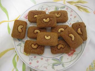 Mini cakes à la patate douce (sanshuile, sans beurre, sans gluten), noix de cajou farine de châtaigne sur plat de présentation