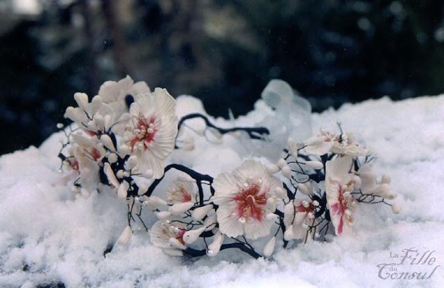 Couronne de fleurs sur la neige pour une belle mariee