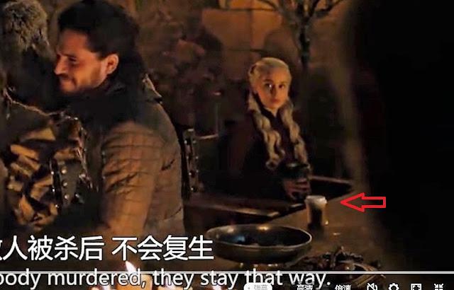 Game of Thronesの一場面で、テーブルの上にコーヒーカップが置かれている…どうもスターバックスのコーヒーのようです。