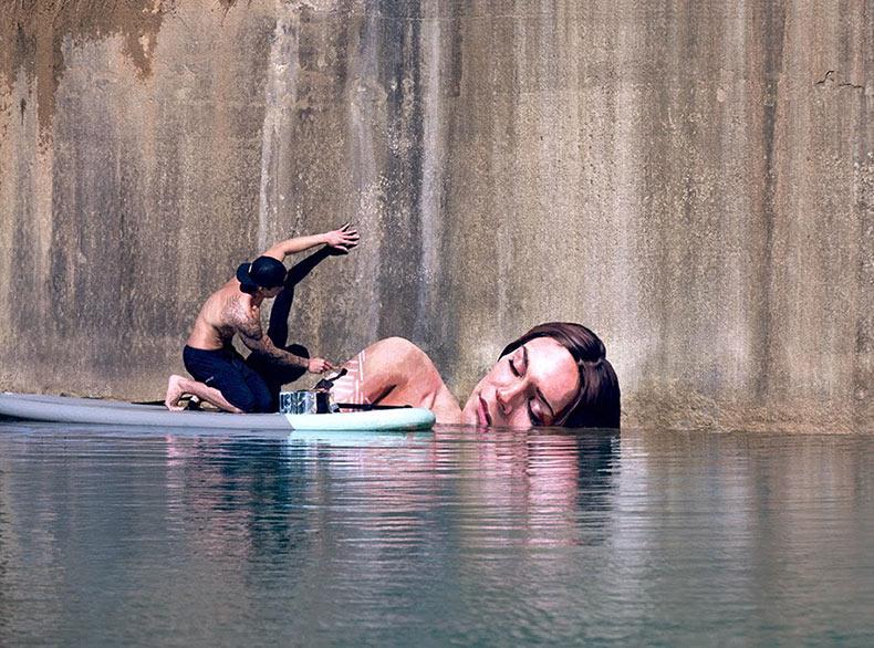 Artista se balancea sobre su tabla de surf para pintar asombrosos retratos de mujeres en la costa