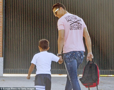 Cristiano Ronaldo Antar Anaknya ke Sekolah