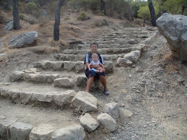 Yanartaş'a, Chimaira, ulaşmak için tırmanılması gereken zorlu merdivenler