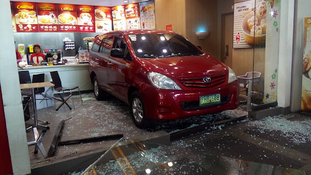 The Driver of This Innova Lost Control of His Car And Drives-Thru A Fast Food Chain