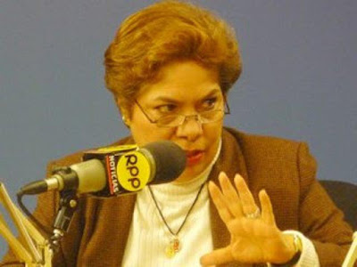 Foto de Luz Salgado en la radio